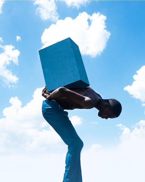 Ilmainen kuvapankkikuva tunnisteilla afrikkalainen, afrikkalainen mies, farkut