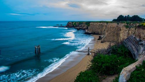 Fotos de stock gratuitas de acantilado, agua, arena, bahía