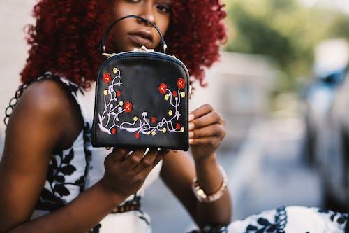 Gratis lagerfoto af afroamerikansk kvinde, ansigtsudtryk, broderi, gade