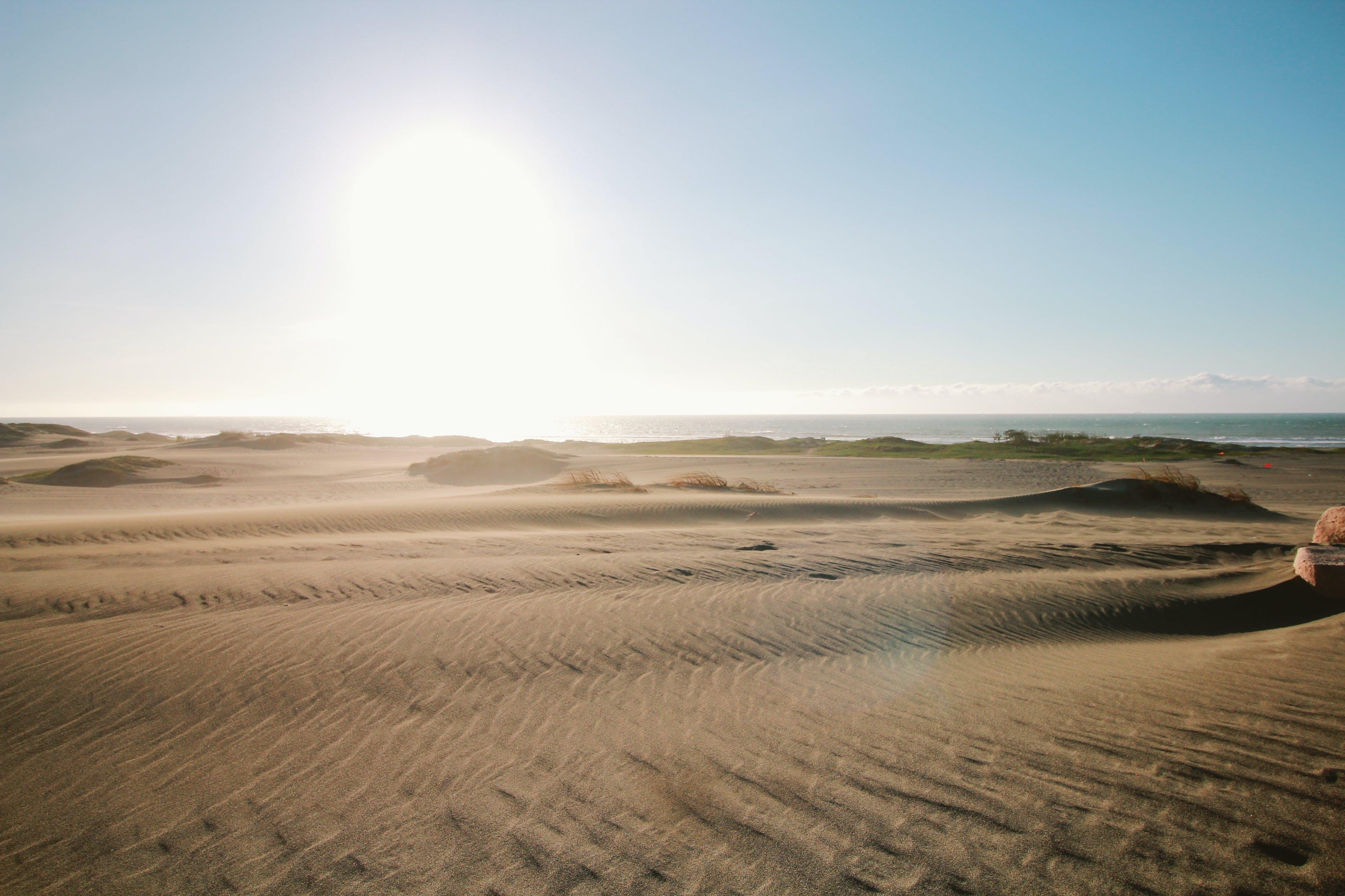 về bầu trời, biển, bờ biển, các đụn cát