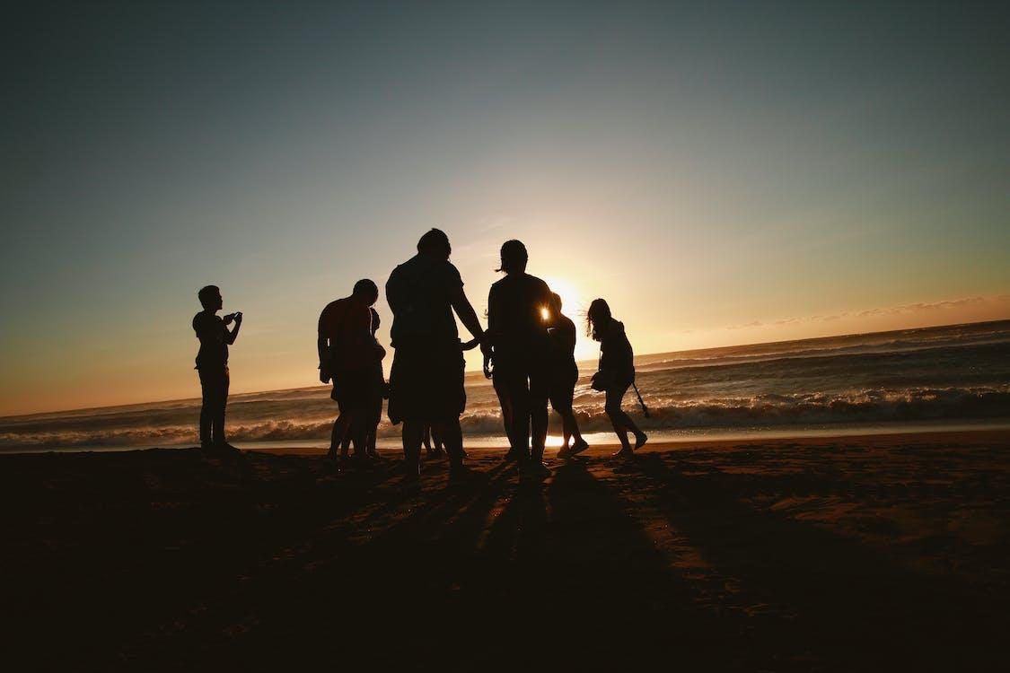 Silhouette Foto Von Menschen An Der Küste