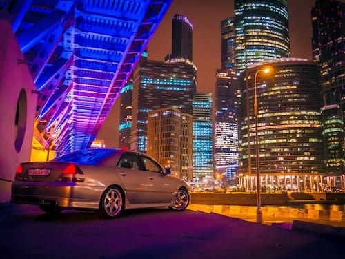 Gratis lagerfoto af arkitektur, belyst, bil, by