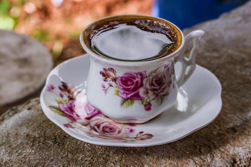 Biała I Różowa Ceramiczna Filiżanka Do Herbaty Ze Spodkiem