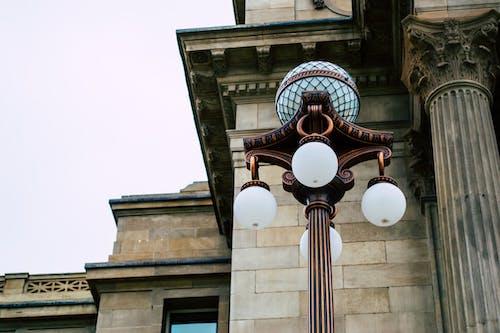 Ảnh lưu trữ miễn phí về ánh sáng ban ngày, bức tượng, cột đèn, góc chụp thấp