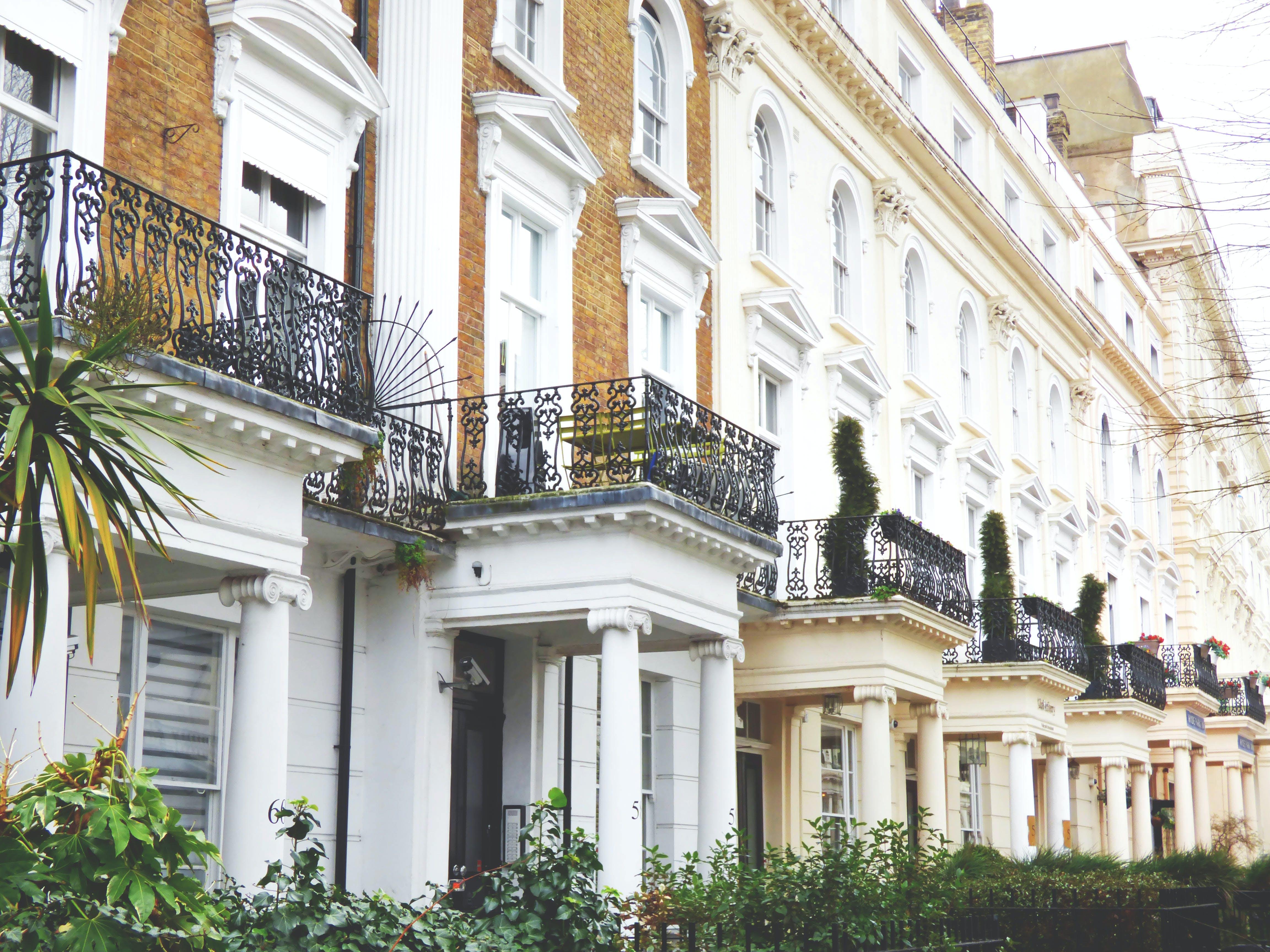 Gratis stockfoto met appartementen, architectuur, baksteen, balkons