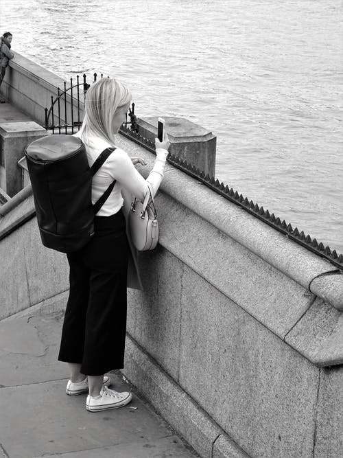 คลังภาพถ่ายฟรี ของ การพักผ่อนหย่อนใจ, ขาวดำ, ถนน, ทะเล