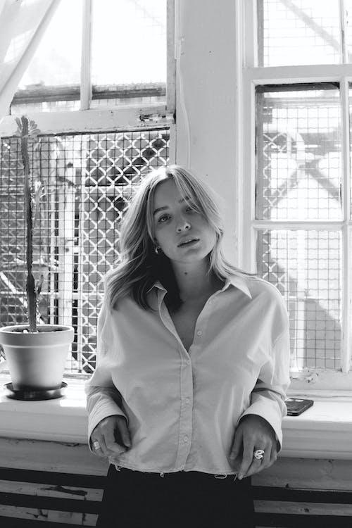 Fotobanka sbezplatnými fotkami na tému blond vlasy, blondína, čiernobiely portrét