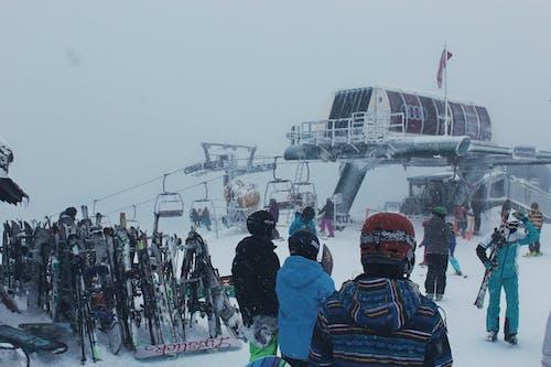 Základová fotografie zdarma na téma architektura, jízda na snowboardu, lidé, lyžařské středisko