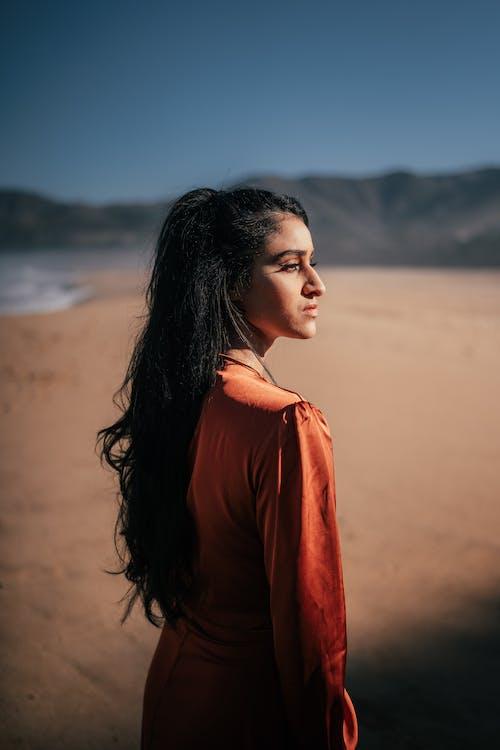 Foto profissional grátis de areia, beleza, cabelo comprido