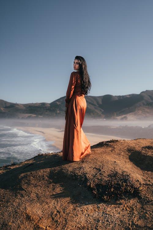 Foto profissional grátis de areia, cabelo comprido, cabelo escuro