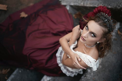 Immagine gratuita di bellezza, braccia incrociate, collana