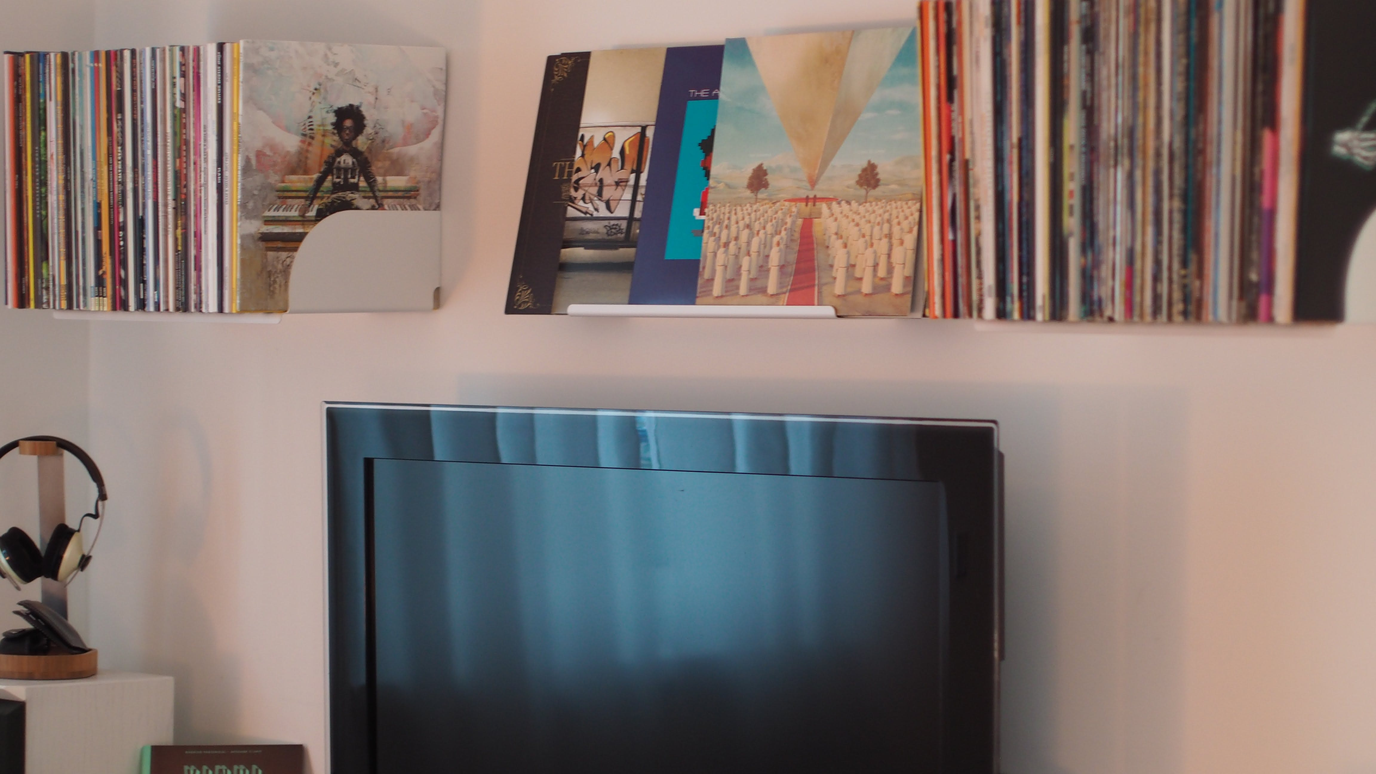 Kostenloses Stock Foto zu bildschirm, bücher, bücherregal, dekor