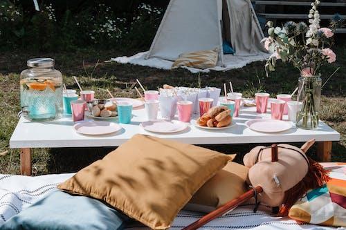 Ingyenes stockfotó ágy, asztal, buli témában