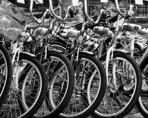Foto d'estoc gratuïta de agrupar, aparcat, bicicletes, blanc i negre