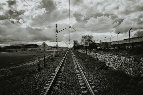 Foto d'estoc gratuïta de acer, barana, blanc i negre, carretera
