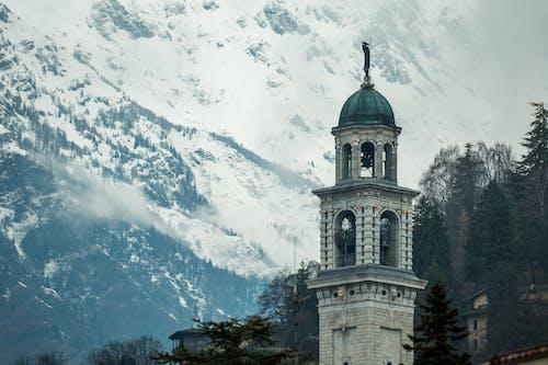 Бесплатное стоковое фото с архитектура, башня, гора, город
