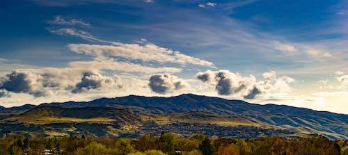 açık, ağaçlar, bulutlar, dağlar içeren Ücretsiz stok fotoğraf