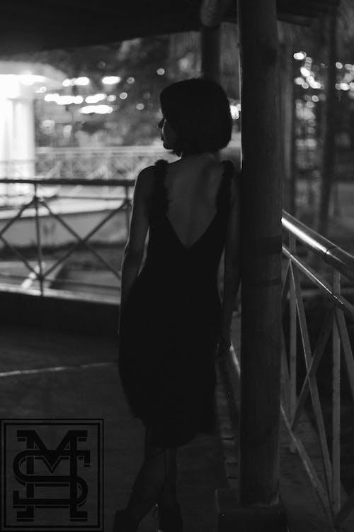 Foto d'estoc gratuïta de blanc i negre, desgast, dona, persona