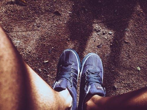 Gratis stockfoto met aarde, benen, hardloopschoenen, rubberen schoenen