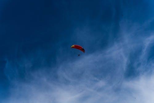 Foto d'estoc gratuïta de aventura, cel, llum del dia, paracaigudes