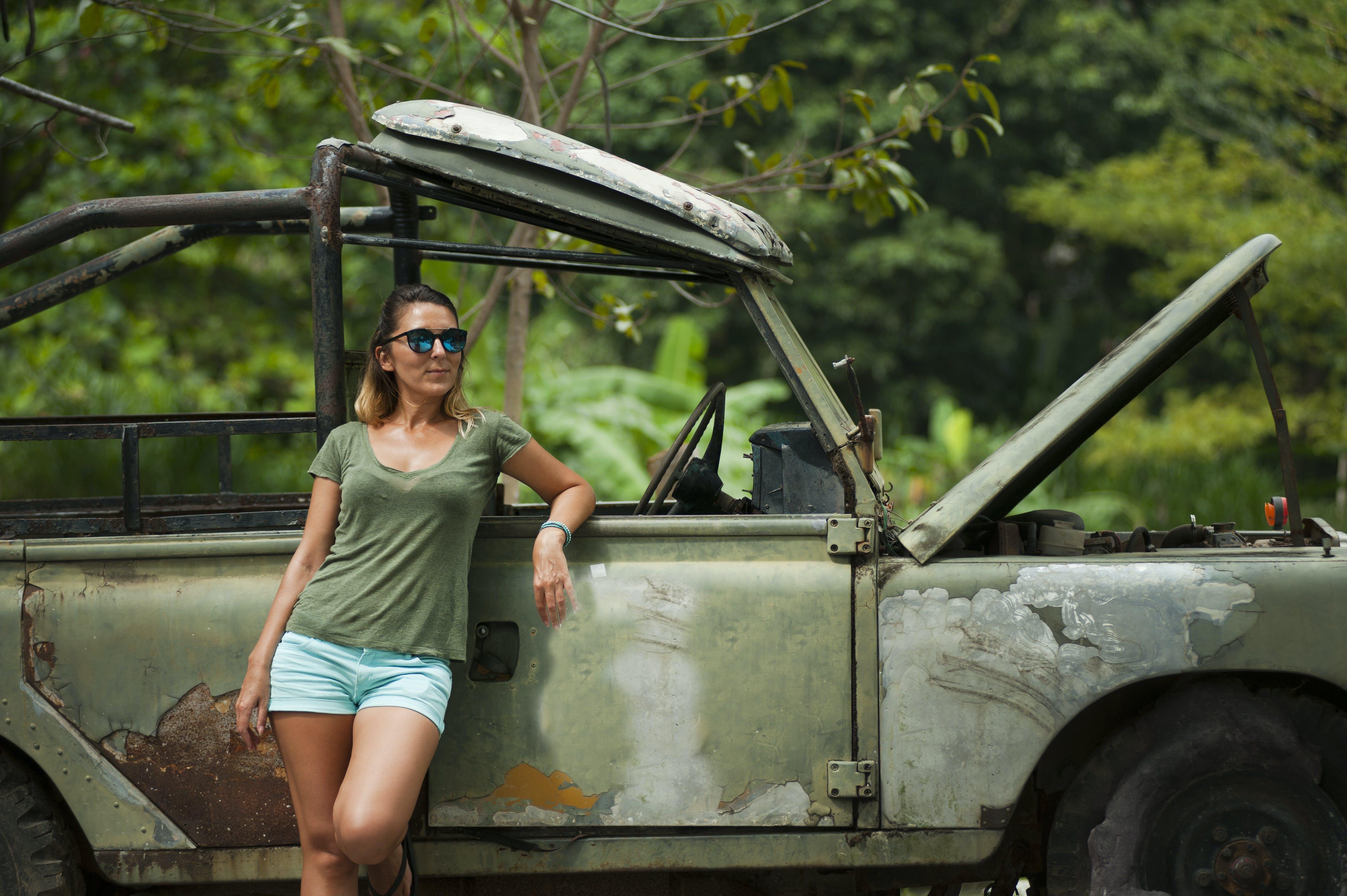 Бесплатное стоковое фото с автомобиль, Взрослый, девочка, дневной свет