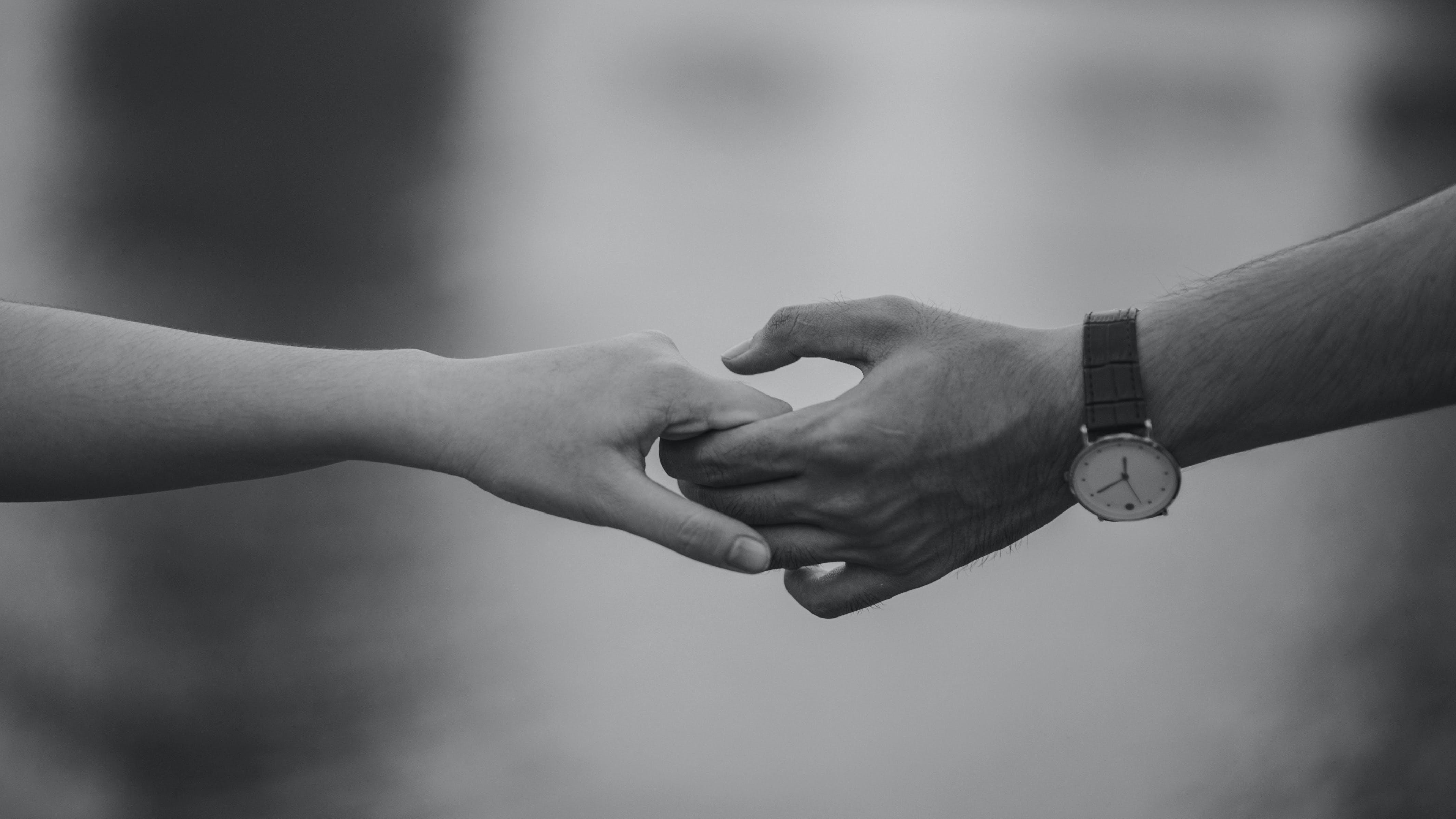 Kostenloses Stock Foto zu schwarz und weiß, paar, hände, liebe