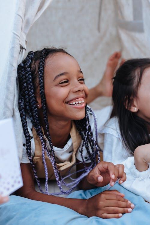 Безкоштовне стокове фото на тему «дитинство, міміка, Молода дівчина»
