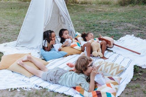 Безкоштовне стокове фото на тему «Аудиторія, дивиться, дитинство»