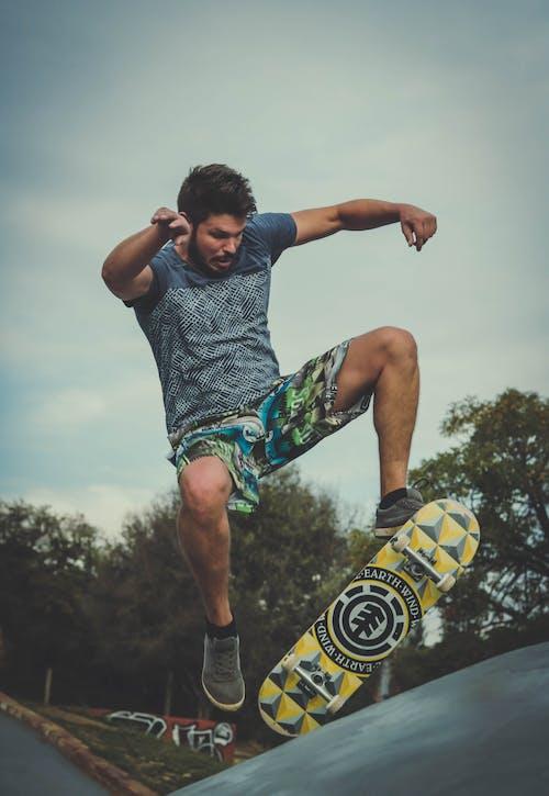 Бесплатное стоковое фото с веселье, кататься на коньках, мастерство, мужчина