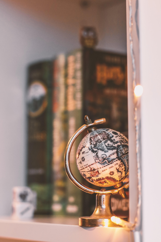 Foto d'estoc gratuïta de esfera, garlanda de llums, llibres, llums