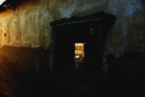 Darmowe zdjęcie z galerii z budynek, ciemny, jasny, mur