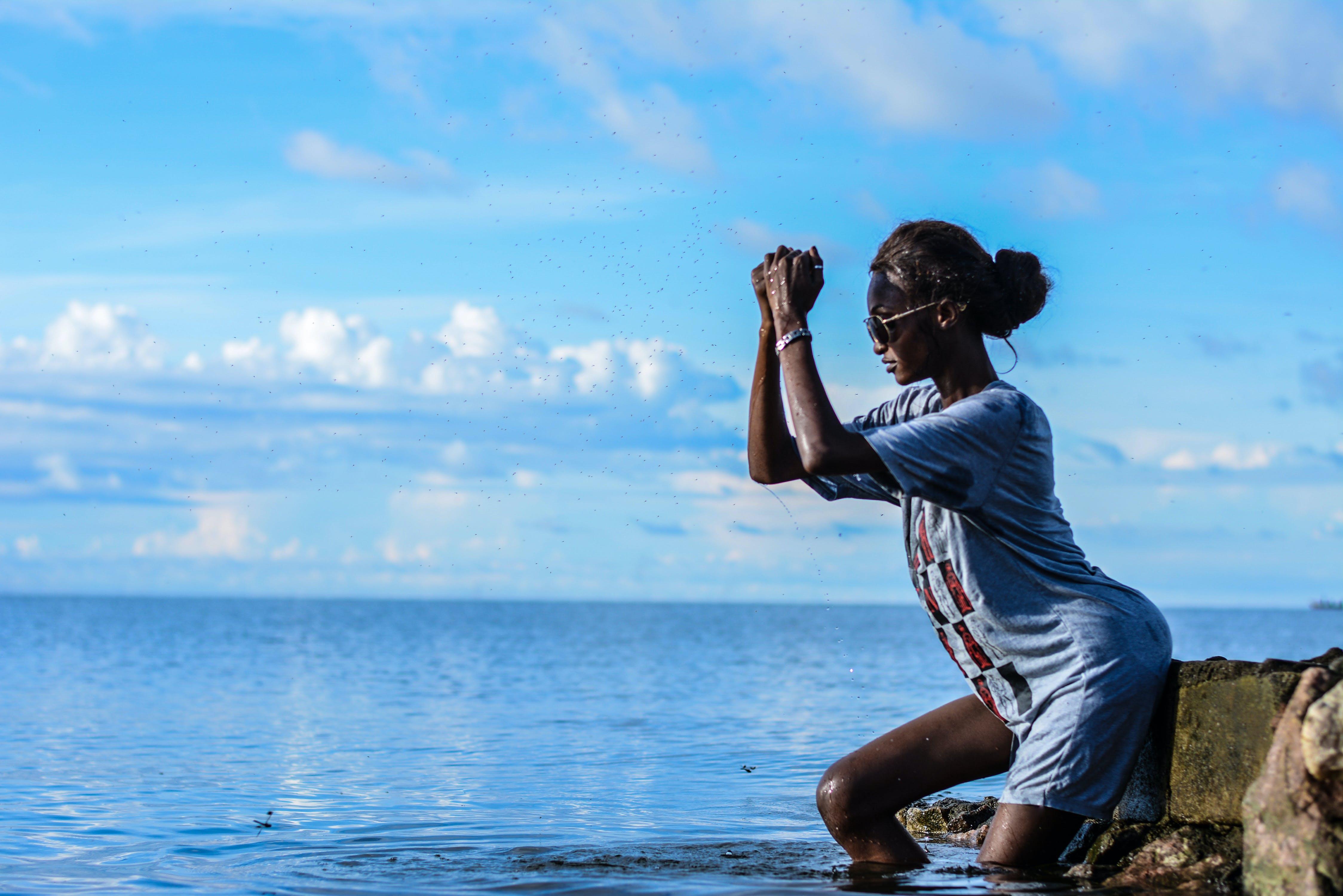 人, 女性, 岩, 水の無料の写真素材
