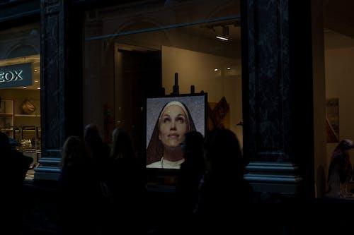 Foto d'estoc gratuïta de art, dona, finestra de vidre, foto vertical