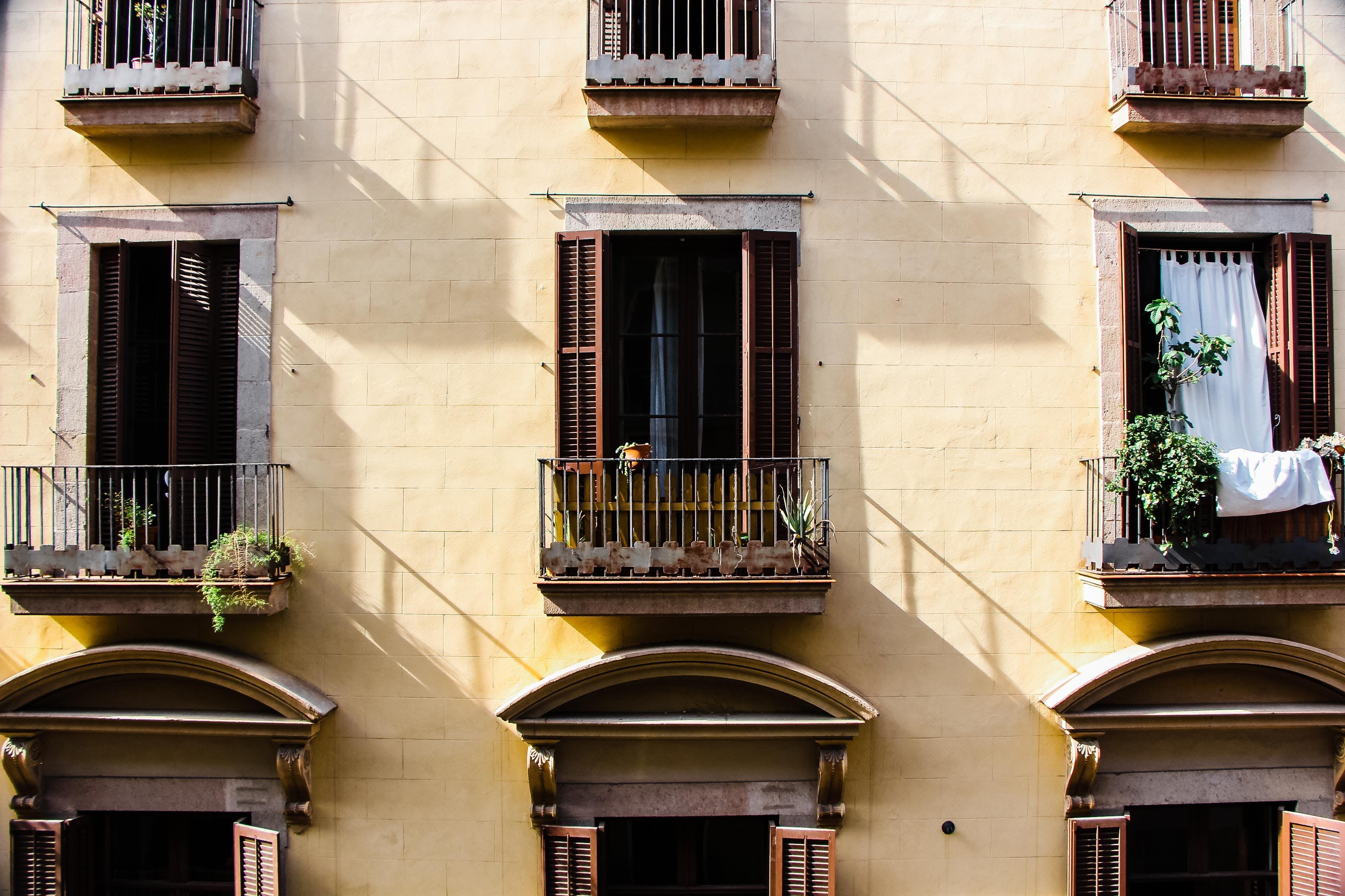 Gratis lagerfoto af arkitektur, balkon, bygning, døre