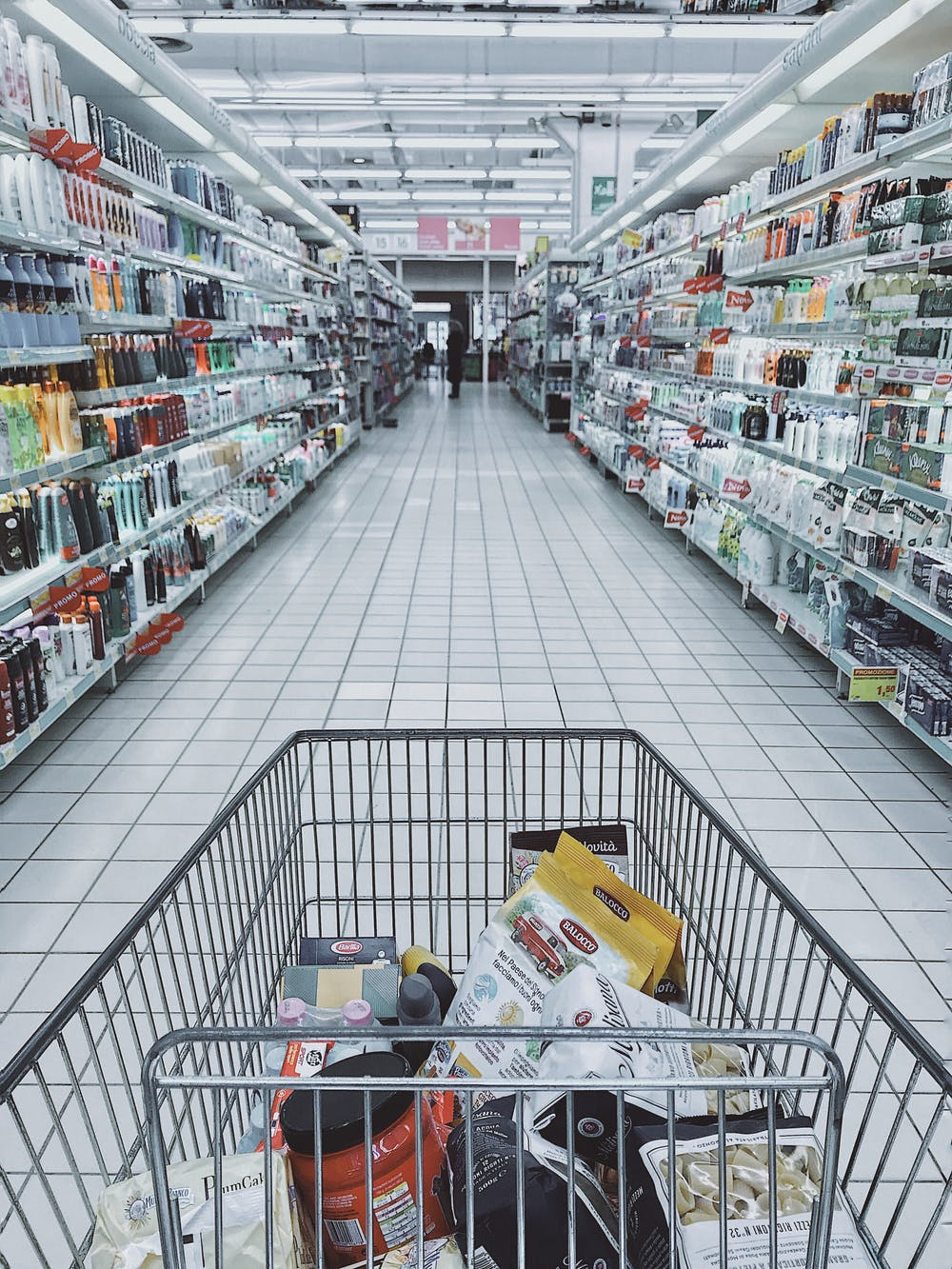 A grocery cart with items in a supermarket.   Photo: Pexels