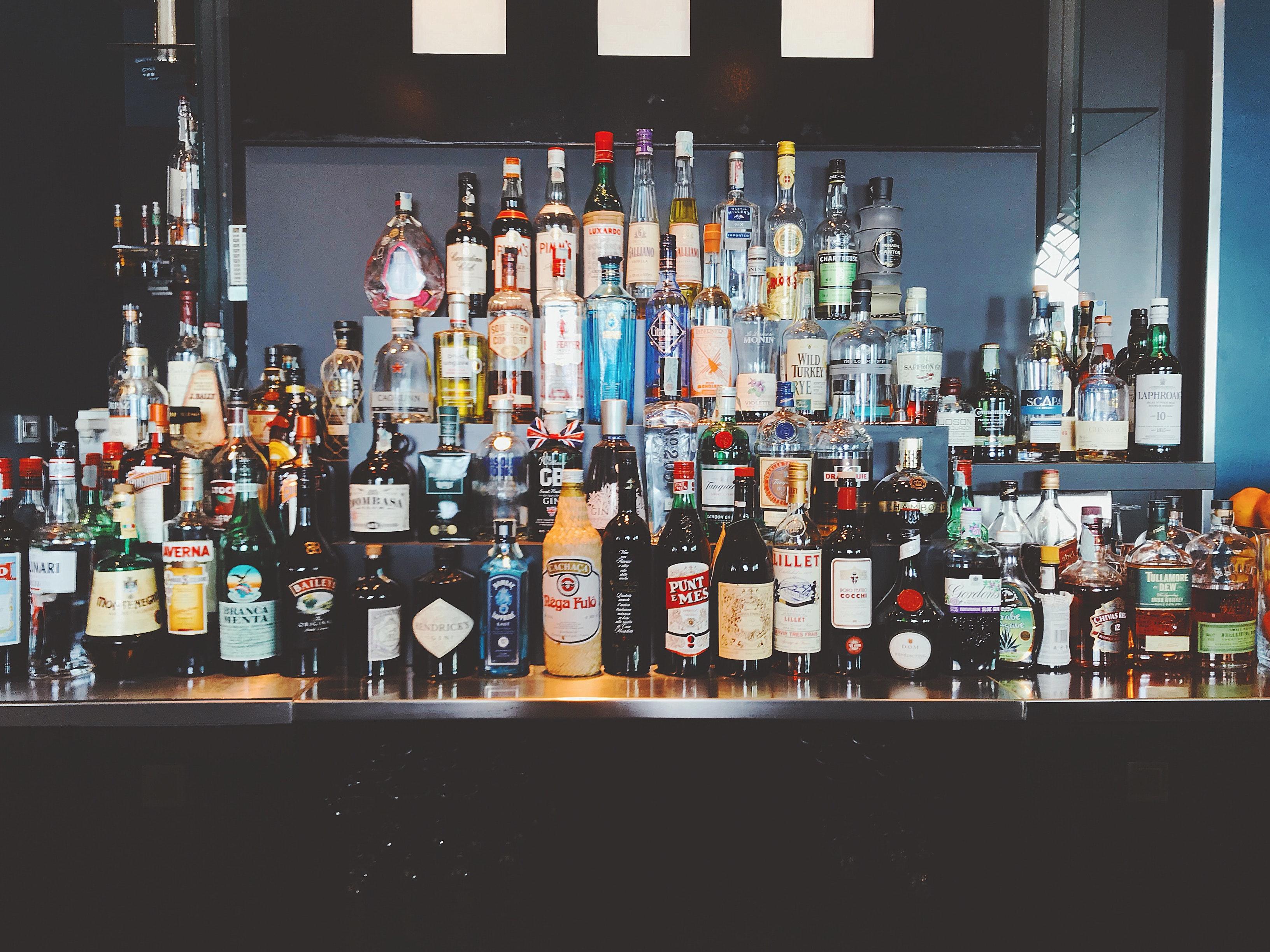 Kostenloses Foto zum Thema: alkohol, alkoholisches getränk, bar