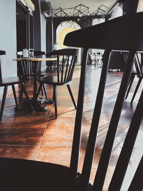 Foto d'estoc gratuïta de arquitectura, buit, cadires, cafeteria