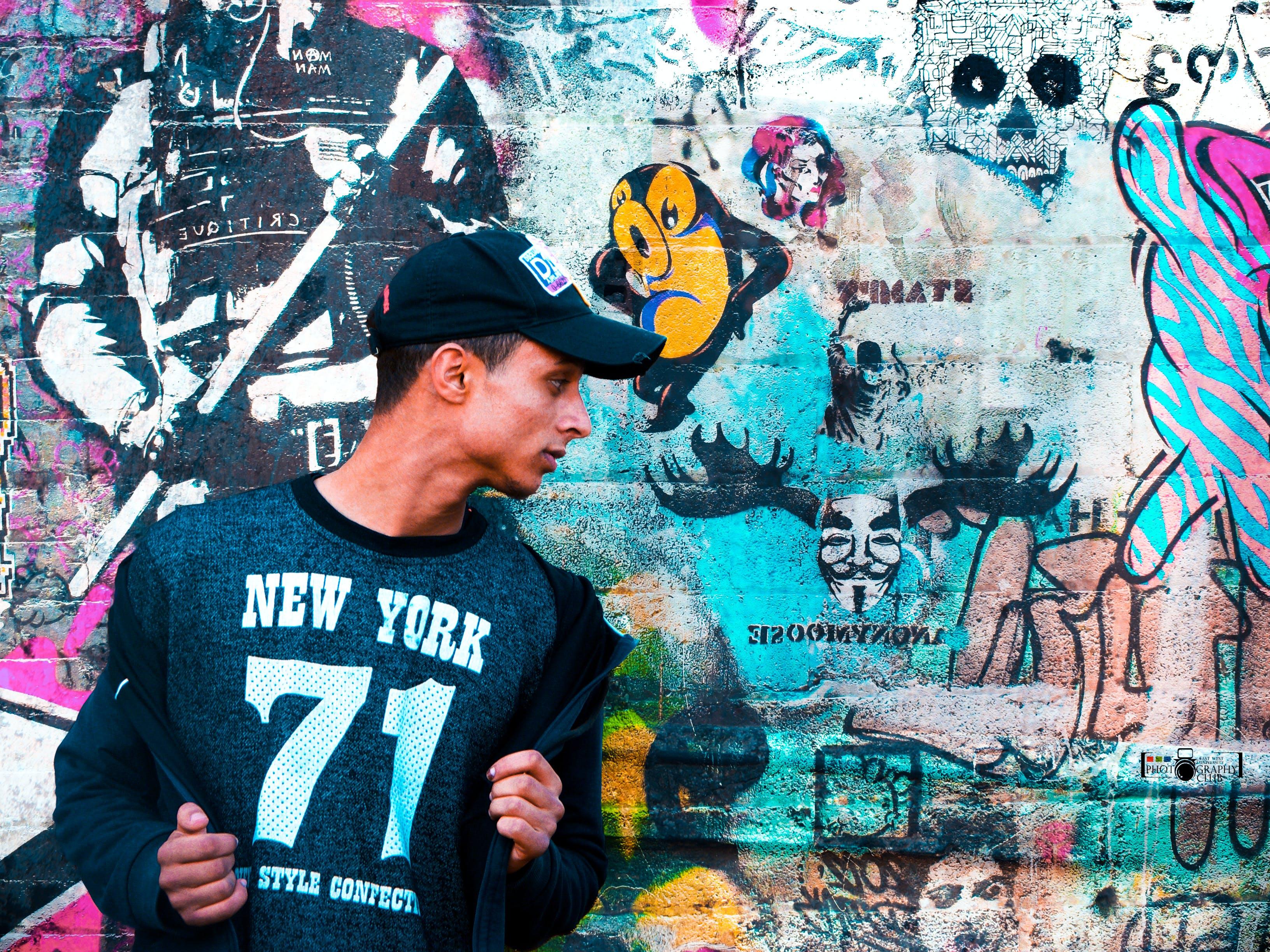 adam, duvar, duvar yazısı, kapak içeren Ücretsiz stok fotoğraf
