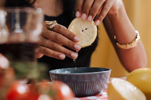 Fotobanka sbezplatnými fotkami na tému citrón, na nepoznanie, ruky
