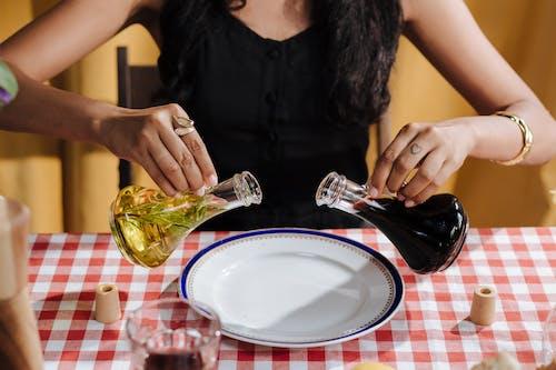 Fotobanka sbezplatnými fotkami na tému balzamikový ocot, jedálenský stôl, na nepoznanie