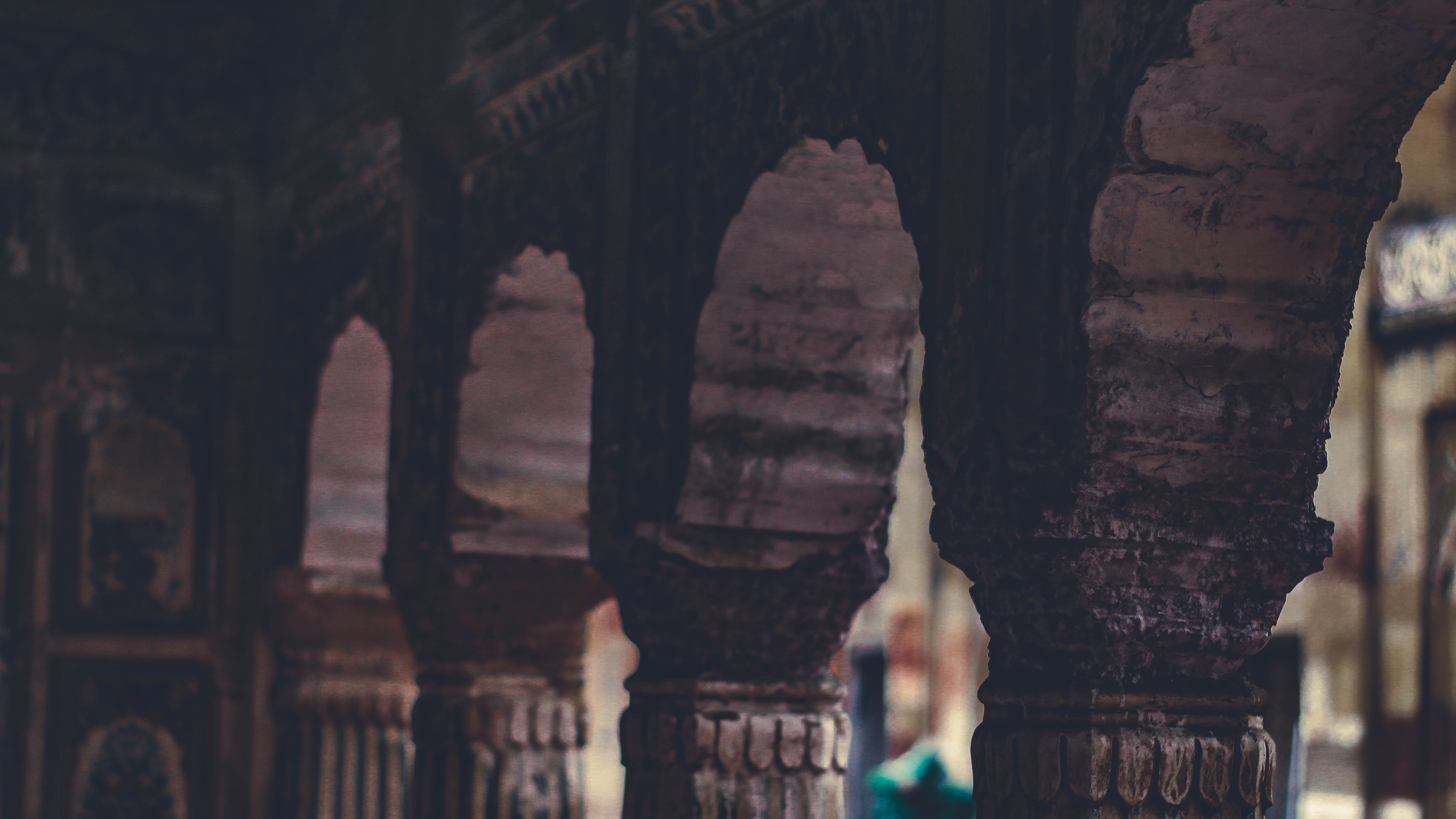 Foto profissional grátis de arcadas, arquitetura, close, colunas