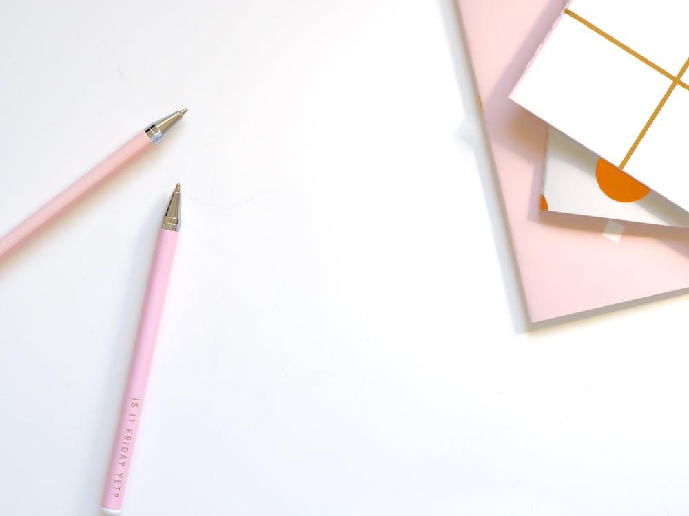 Twee Roze Balpennen Op Tafel