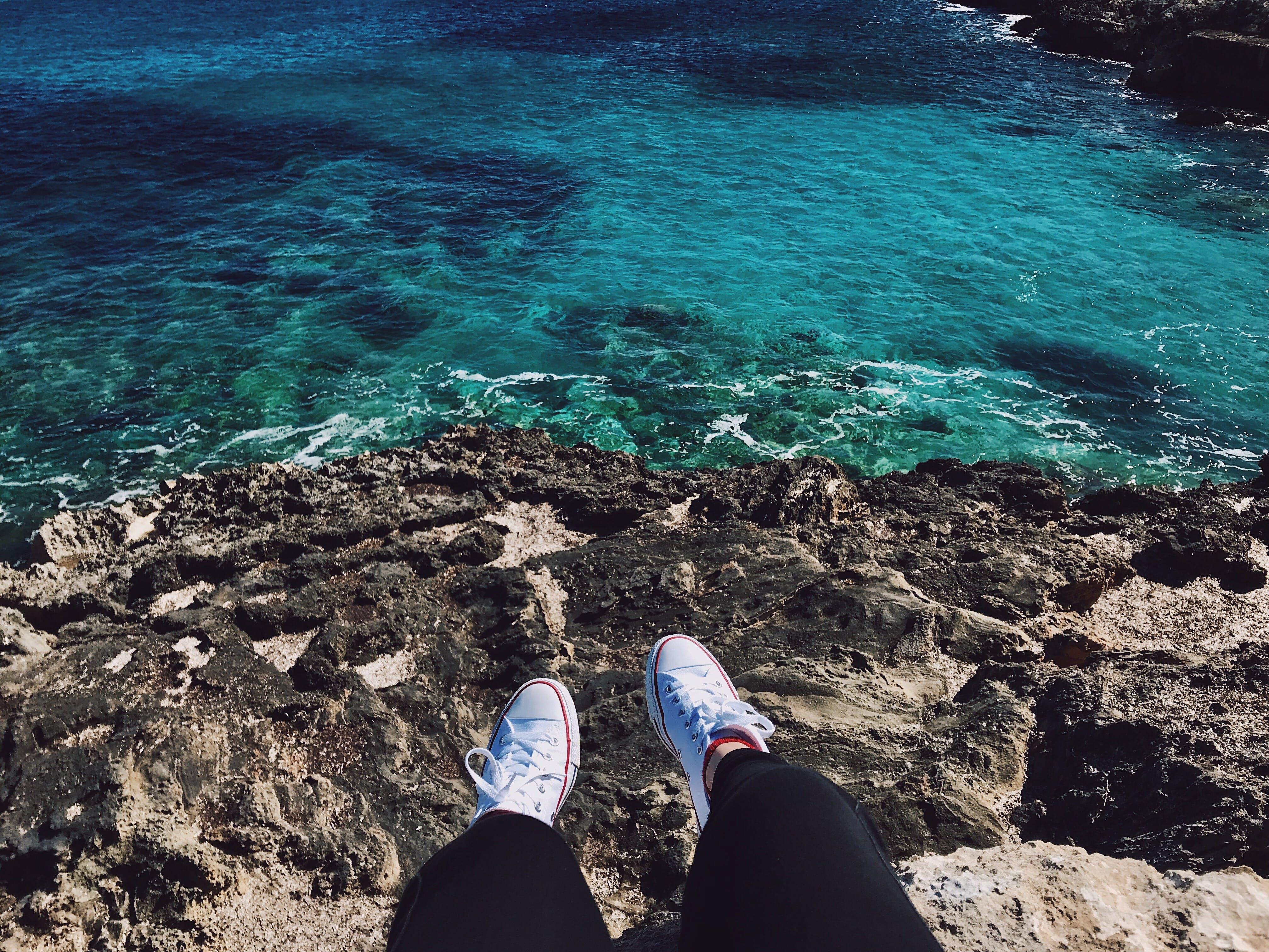 Gratis lagerfoto af Converse, dybt hav, klippe