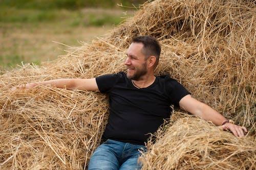 Man Met Zwarte Ronde Hals T Shirt Met Korte Mouwen