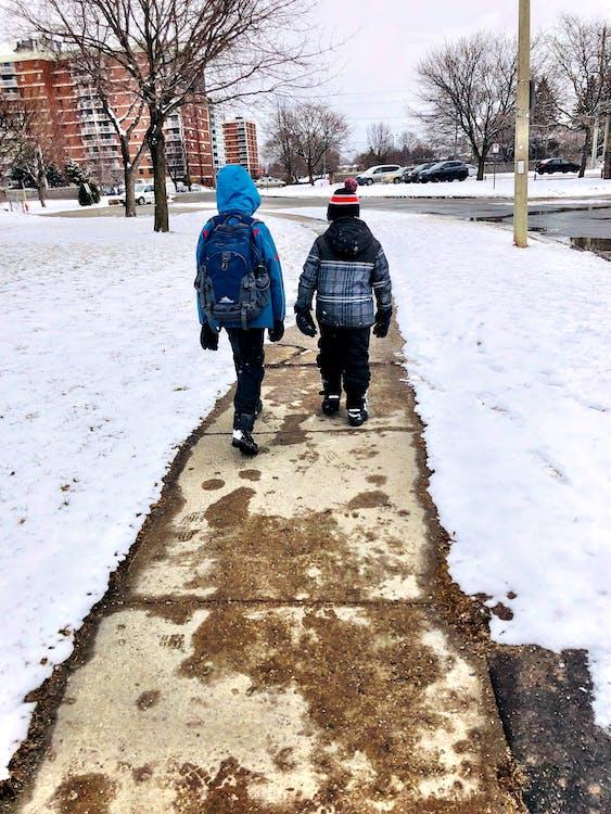 #walking #snow #sidewalk #backpack #crianças #two