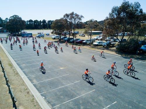 Kostenloses Stock Foto zu bycycles, drohne aufnahmen, gemeinschaftsveranstaltung, kinder reiten
