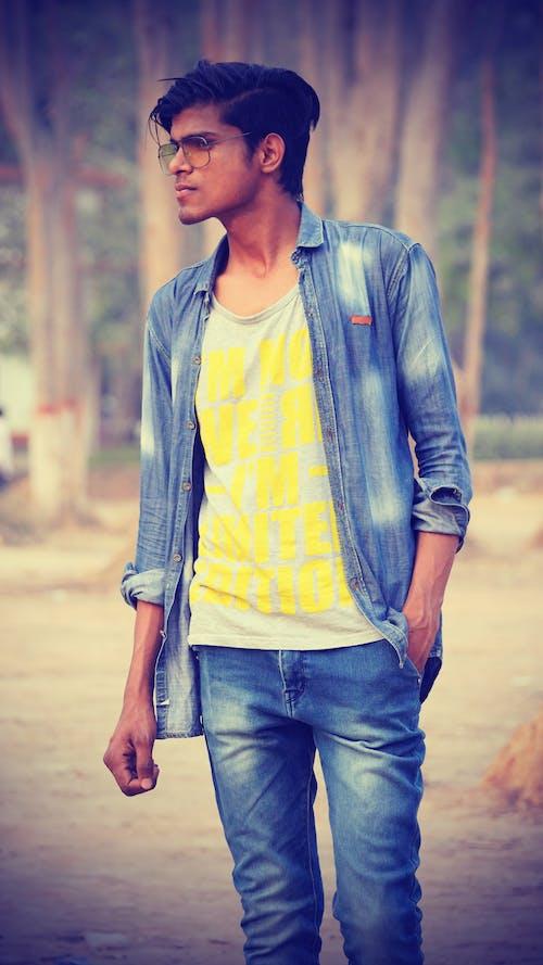 Darmowe zdjęcie z galerii z #chłopak, chłopiec stoi w lesie, dżinsowa koszula, indianie