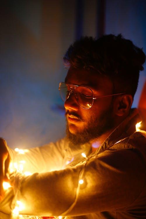 adam, ampul dizisi, ışıklar, kişi içeren Ücretsiz stok fotoğraf