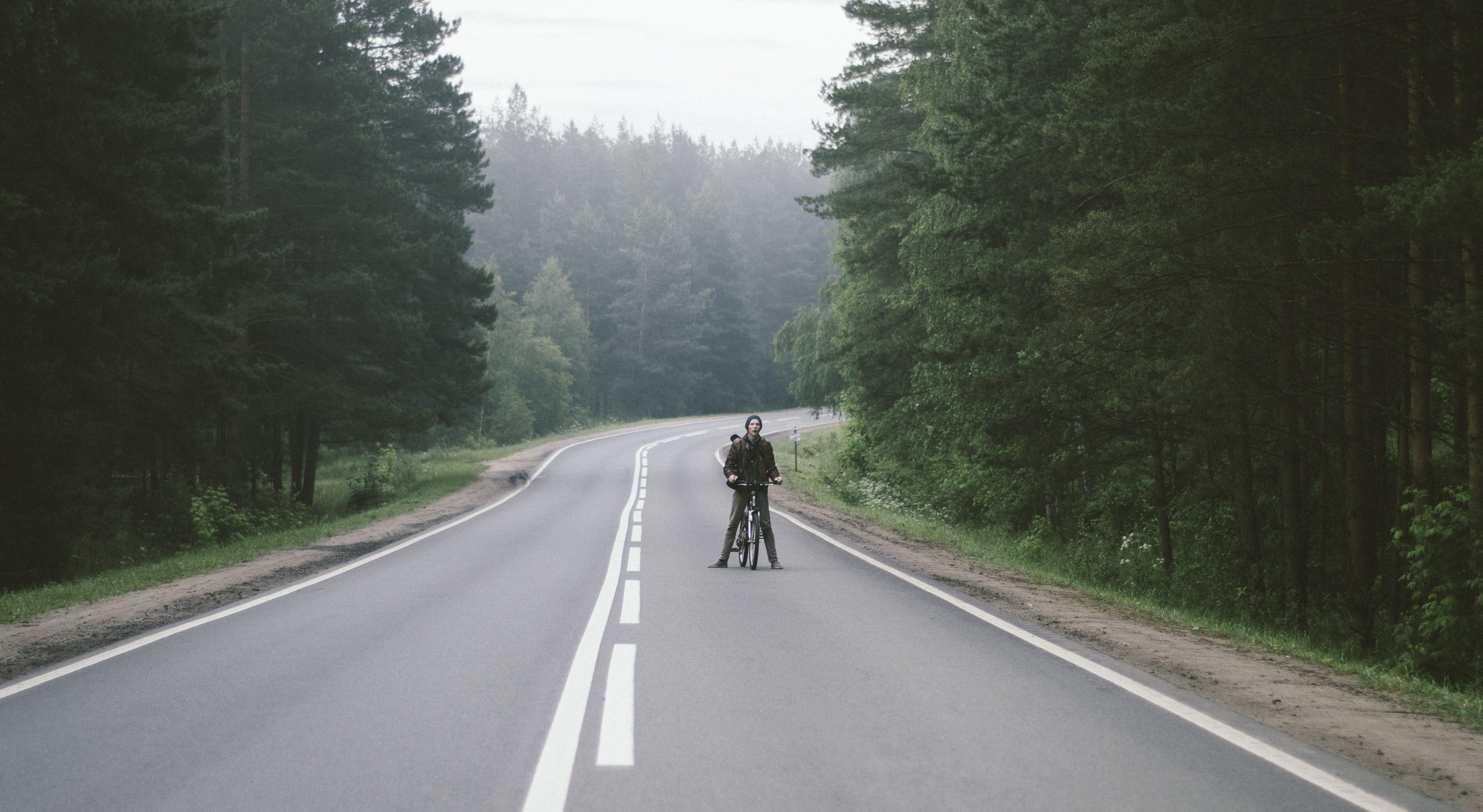 Základová fotografie zdarma na téma asfalt, dopravní systém, jízdní kolo, křivka