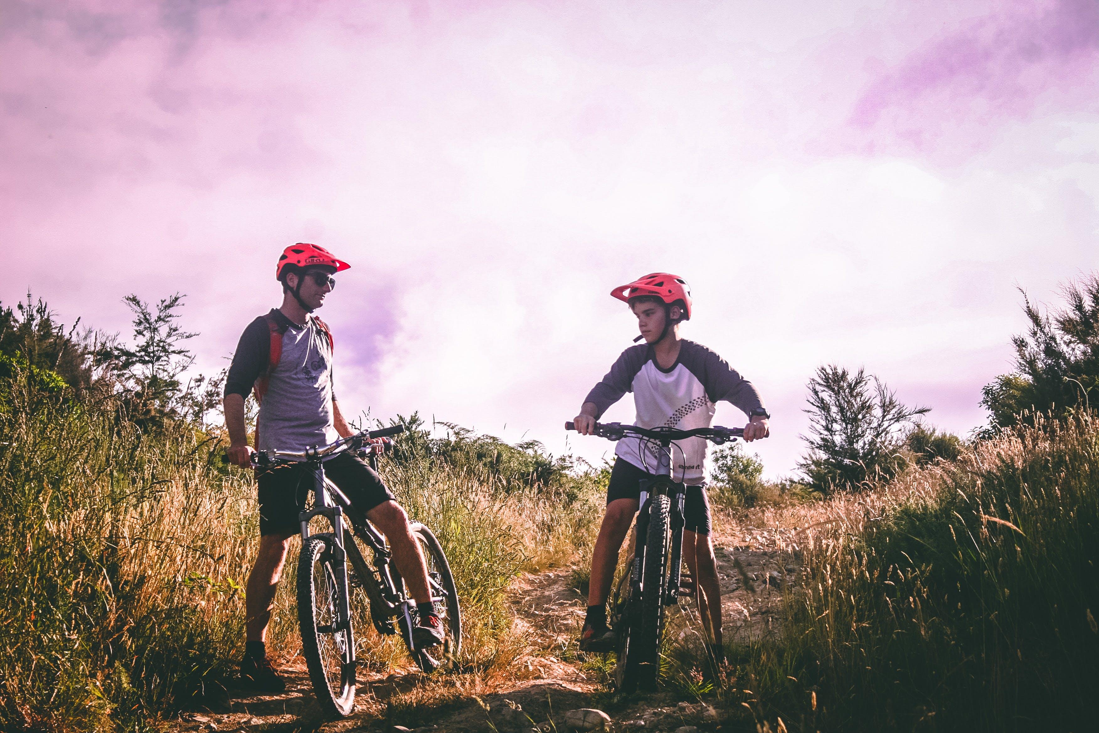 Foto stok gratis anak, ayah, bersepeda gunung, bukit